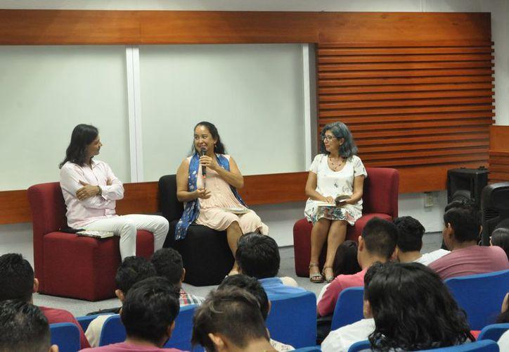 La novela fue presentada ante alumnos de la Universidad Tecnológica de la Riviera Maya. (Octavio Martínez/SIPSE)