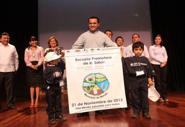 El banderín certifica a las escuelas pero también las compromete a promover la salud integral por medio de actividades lúdicas. (Cortesía)