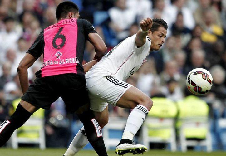 Javier Hernández no tiene claro su futuro dentro del ManUtd, a pesar de que la temporada inicia en unos días, la foto corresponde a un juego entre el Real Madrid y el Almería. (Notimex)
