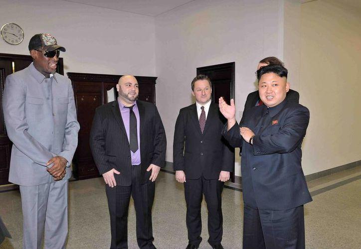 Dennis Rodman (i) habría violado la ley al llevar regalos al líder de Corea del Norte, Kim Jong-un (d). (EFE/Archivo)