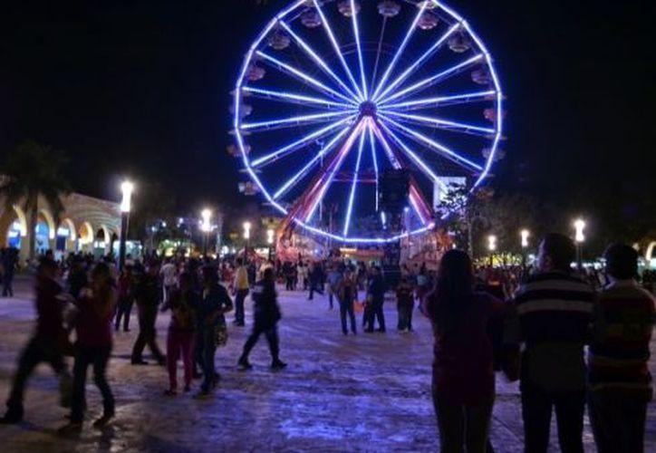 A la entrada de la Feria Yucatán se encuentra esta rueda de la fortuna. (Theani Ruz)