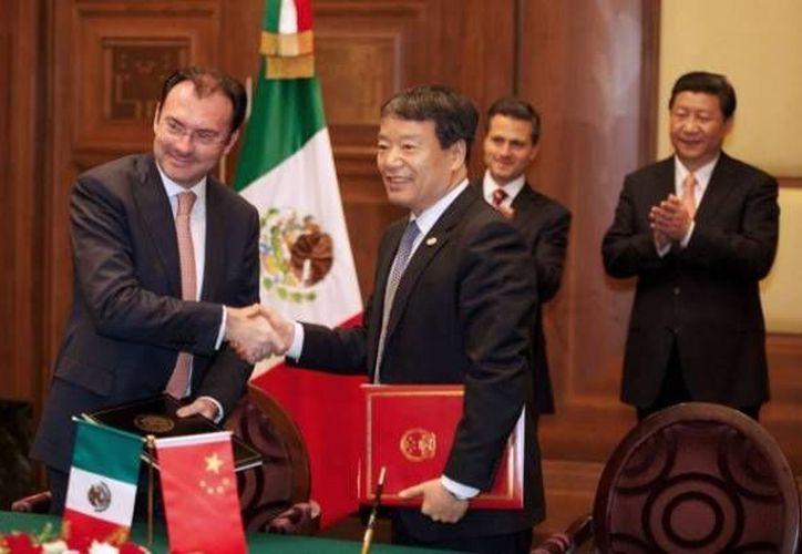 La firma del memorándum fue atestiguada por los presidentes de México y China. (Twitter.com/@LVidegaray)