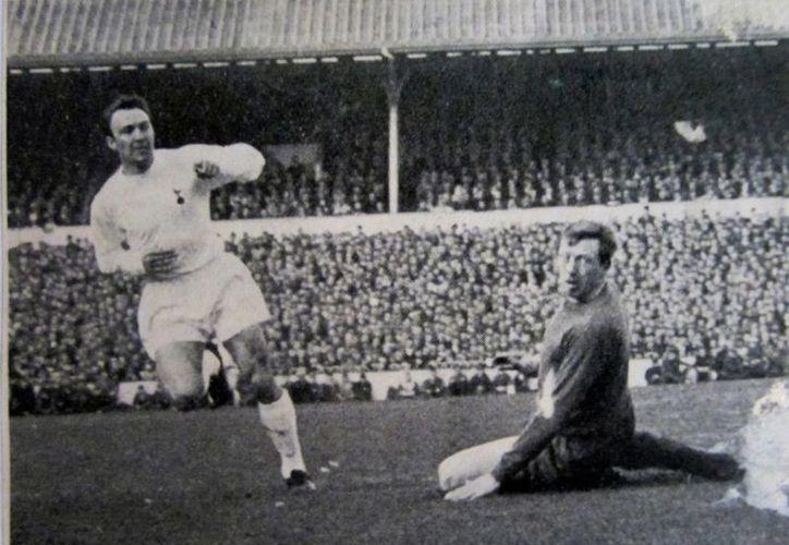 Jimmy Greaves, máximo goleador del futbol inglés y uno de los cuatro máximos de la Selección Inglesa está grave. En la foto, cuando jugaba con Tottenham. (hotspurhq.com)