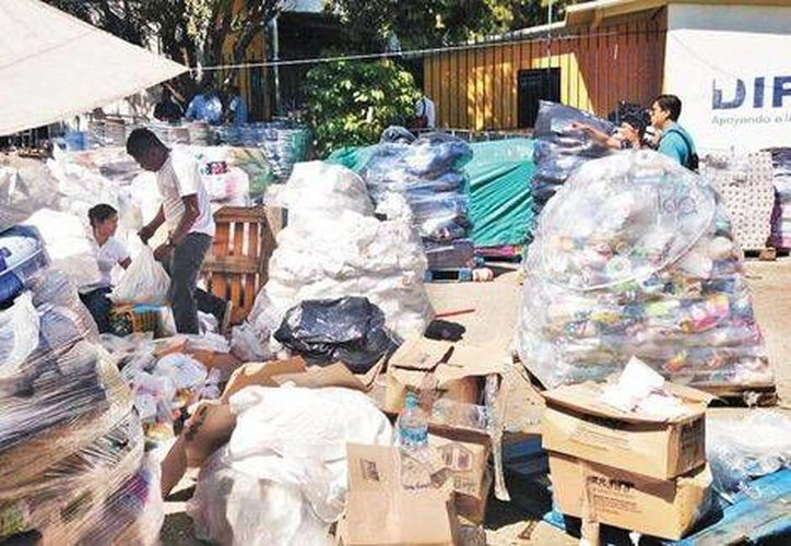 Entre los productos donados descubiertos en el patio del DIF en Chilpancingo había muchos caducados o contaminados por insectos u otros animales. (Milenio)