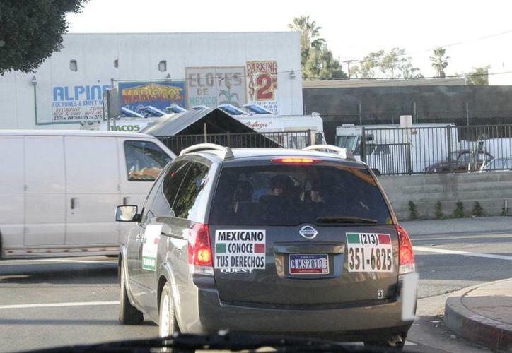 En Estados Unidos hay más de 10 mil yucatecos con antecedentes judiciales que podrían ser deportados. Imagen de un vehículo en la frontera de EU-México con un anuncio de apoyo a los inmigrantes. (Milenio Novedades)