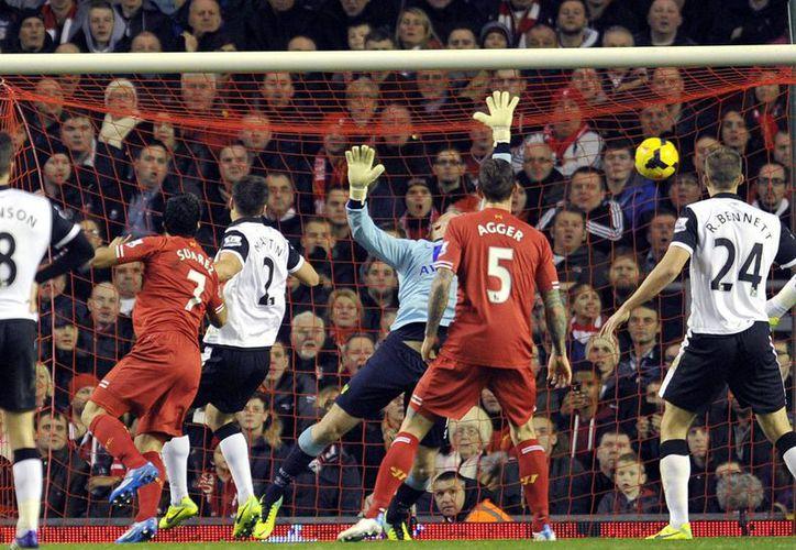 Suárez (segundo desde la izquierda) metió tres goles en el primer tiempo y uno más en      el segundo para redondear la goleada del Liverpool ante el Norwich City. (Agencias)