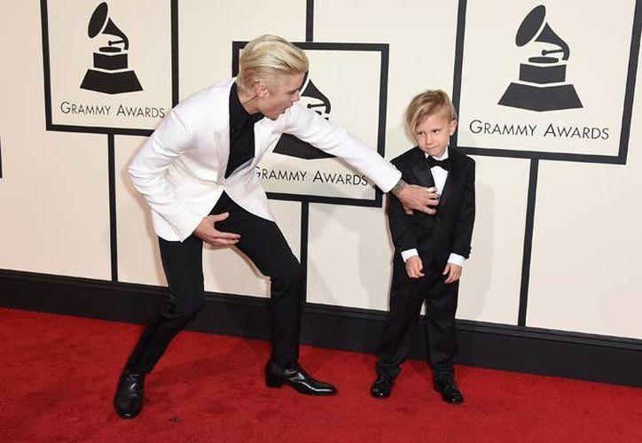 Justin Bieber y su hermanito Jaxon en la alfombra roja de los Grammy Awards 2016. (AP)