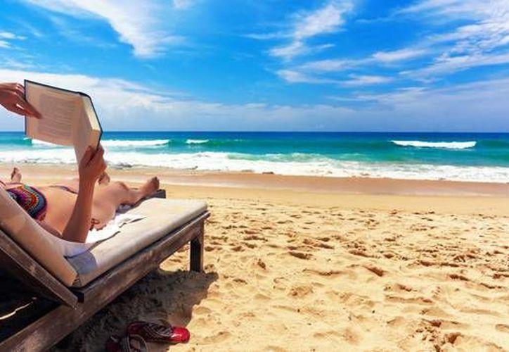 Las playatecas ofrecen la oportunidad de disfrutar de la visita a los arenales para realizar una lectura. (Cortesía)
