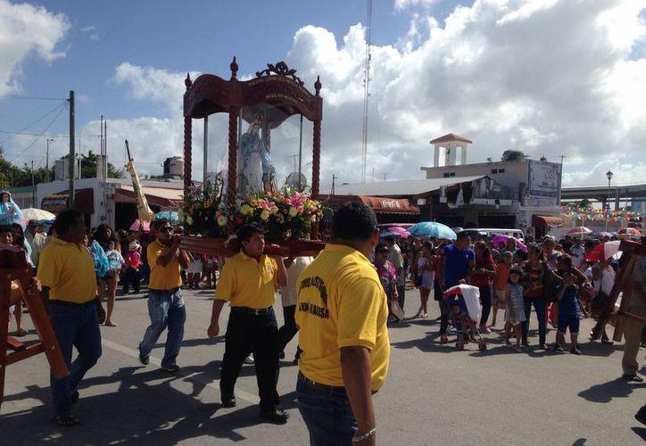 Las festividades patronales en Chelem, Progreso, dedicadas a la Virgen de la Medalla Milagrosa, comenzaron con una misa en la mañana. (Fotos: Gerardo Keb/SIPSE)
