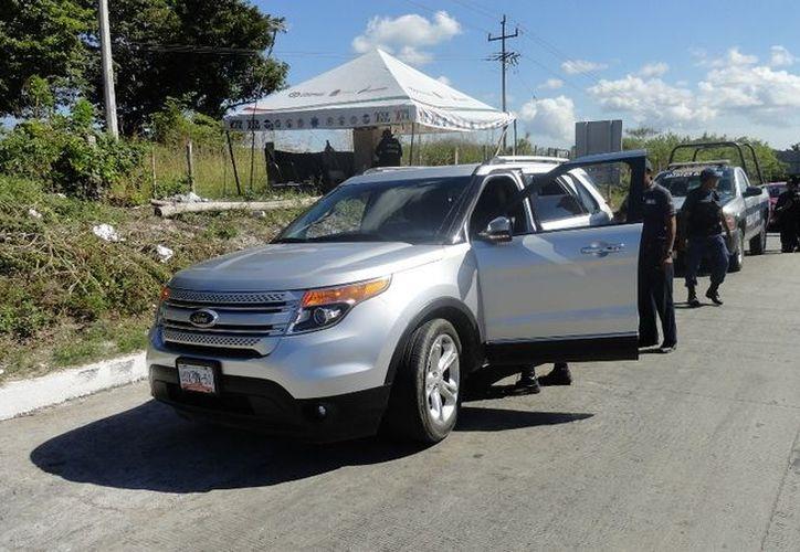 El indocumentado cubano viajaba en el asiento posterior de una camioneta Ford Explorer con matrícula UUX-9950, que era conducida por el policía en activo, Juan Manuel Cobos. (Redacción/SIPSE)