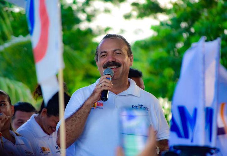 Julián Ricalde, realizó una caminata a lado de Faustino Huicab Alcocer, candidato a presidente municipal de Isla Mujeres. (Foto: Redacción)