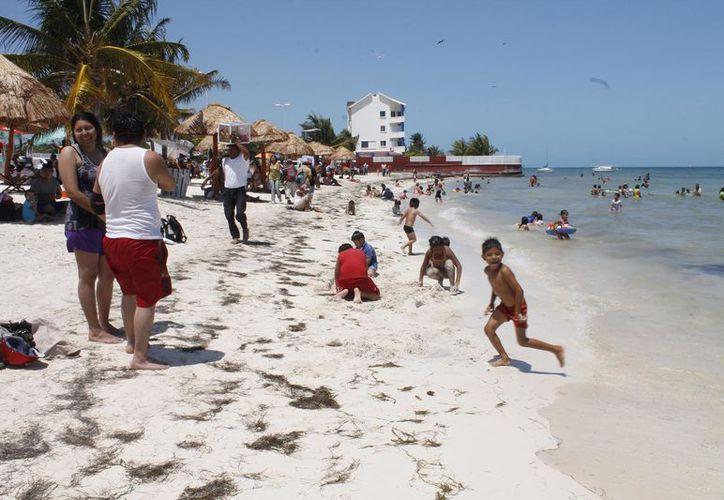 Los visitantes que llegan a Puerto Juárez buscan descansar, alejarse del ruido y tomar un momento de relajación. (Foto: Israel Leal/SIPSE)