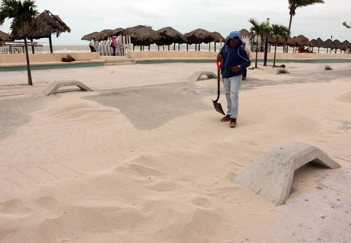 Trabajadores limpiaron las calles que quedaron llenas de arena que salió del mar. (Milenio Novedades)