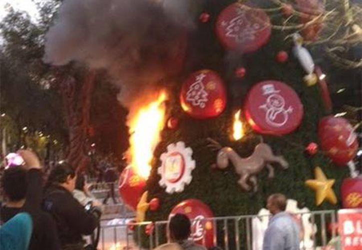 Los manifestantes incendiaron la decoración navideña luego de que no pudieron ingresar al Zócalo de la Ciudad de México. (Excélsior)