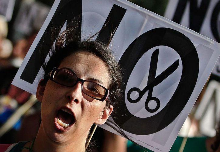 Una joven se manifiesta en Madrid contra los recortes en educación. Italia, al igual que España, es uno de los países más golpeados por la crisis en Europa. (Agencias)