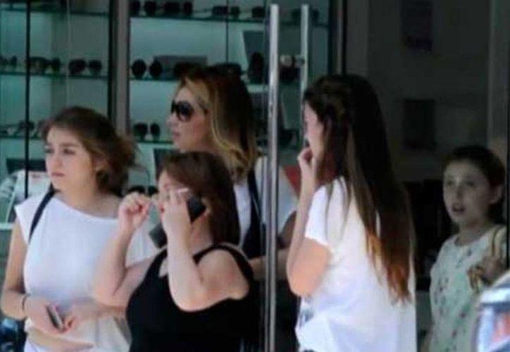 Imagen de uno de los videos en donde se ve a Angélica Rivera y sus hijas en Beverly Hills, California. (Telemundo)