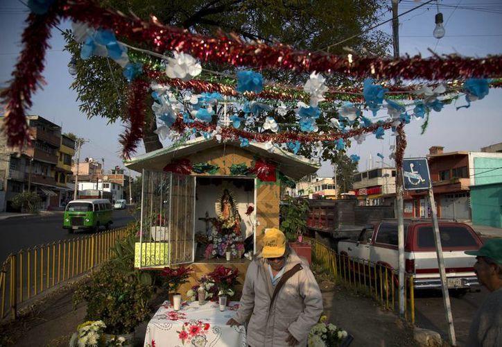 Un hombre medita frente a un altar callejero dedicado a la Virgen de Guadalupe en la Ciudad de México. La virgen, santa patrona de México, es una presencia constante en la vida de los mexicanos, dentro y fuera de las iglesias. (Agencias)