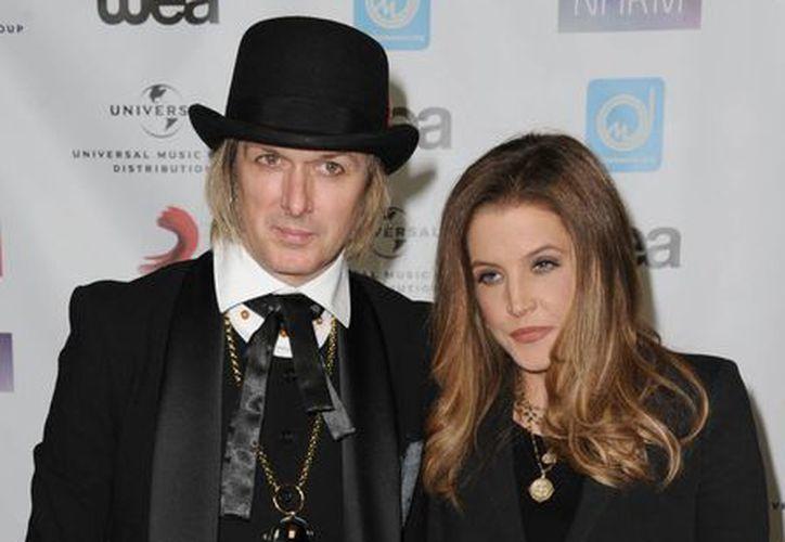 Lisa Marie Presley, quien ya había sido esposa de Michael Jackson y Nicolas Cage, ahora pide el divorcio del guitarrista (en la foto) Michael Lockwood. (AP)