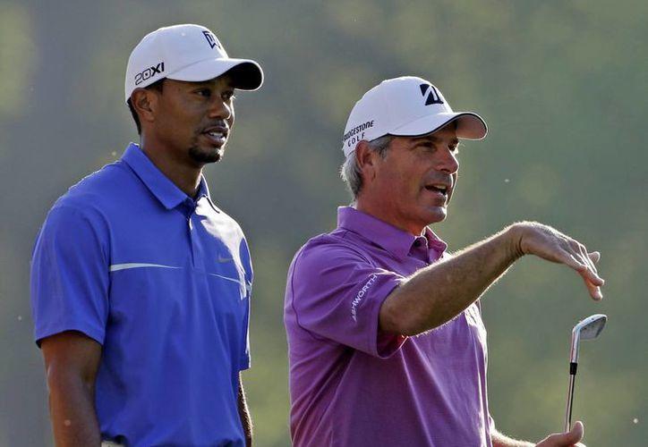 Tiger Woods (i) y Fred Couples durante una práctica en Augusta. (Agencias)