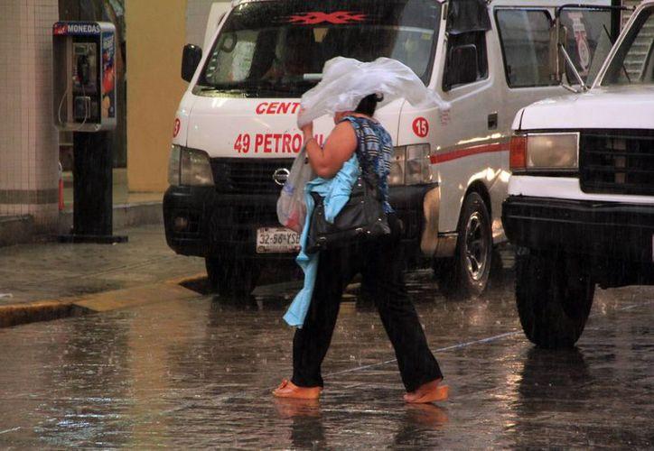 Una lluvia vespertina cayó este jueves en Mérida. (José Acosta/SIPSE)