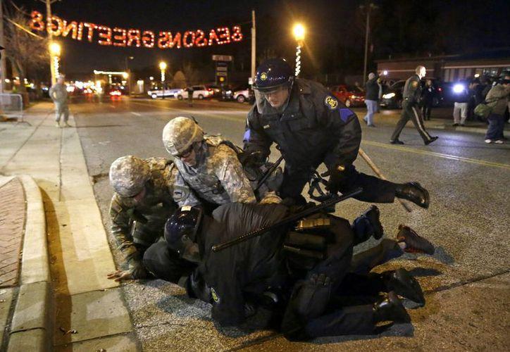 Manifestantes que afectaban el tráfico o las compras del Viernes Negro fueron arrestados en Misuri. (Fotos: AP)