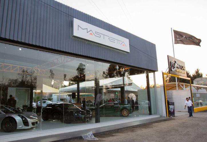 La Condusef señala que las automotrices deben orientar al cliente sobre el seguro del vehículo. Imagen de contexto de la agencia Mastretta Cars inaugurada en Toluca, Estado de México, el pasado mes de febrero. (Archivo/Notimex)