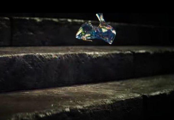 Escena de la caída de la zapatilla de cristal, correspondiente al nuevo trailer de 'Cenicienta'. (Captura de pantalla de YouTube)