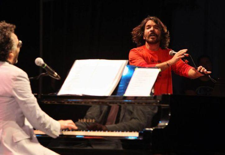 Fotografía del 5 de diciembre de 2012 donde se ve al trovador cubano Santiago Feliú (derecha) cantando junto al argentino Fito Páez (izquierda) en un concierto en La Habana, Cuba. (EFE/Archivo)