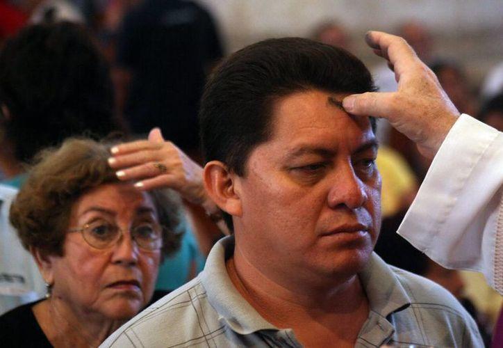 La cruz de ceniza representa un compromiso de arrepentimiento para vivir la Cuaresma. (SIPSE)