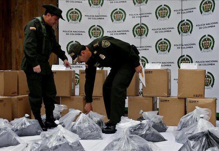 La policía colombiana aseguró en el aeropuerto El Dorado de Bogotá, dos toneladas de cocaína que estaban escondidas en un cargamento de polvo y tinta para impresoras y que tenían como destino Sinaloa. (EFE)