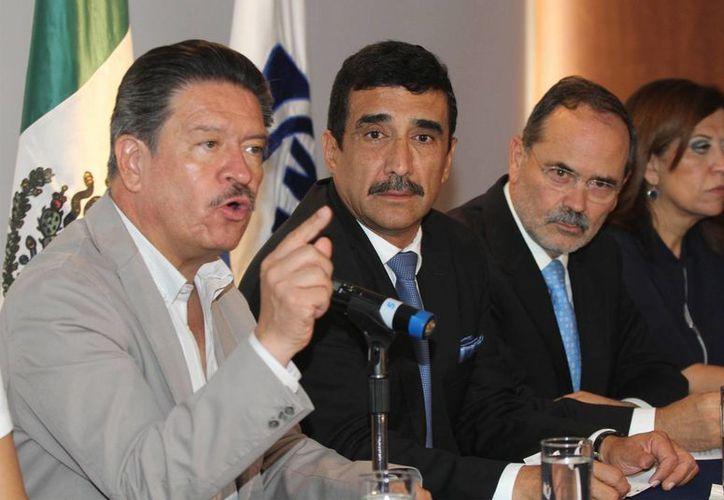 Carlos Navarrete (en primer plano), presidente del PRD, afirmó que es posible mantener la identidad propia como partido y desplegar al mismo tiempo un programa de acción y propuesta política para enfrentar al PRI y Verde Ecologista. (Notimex)