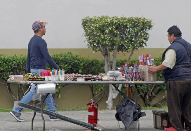 La Ley permite el manejo de cinco kilogramos de pólvora enlatada y diez de pirotecnia. (Foto: Eric Galindo)