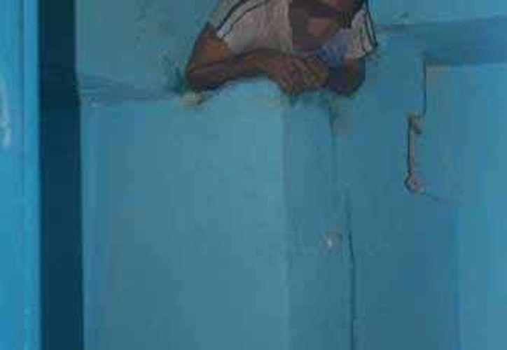 El cuerpo de Bomberos logró sacar al sujeto del lugar, rompiendo la pared. (Redacción/SIPSE)