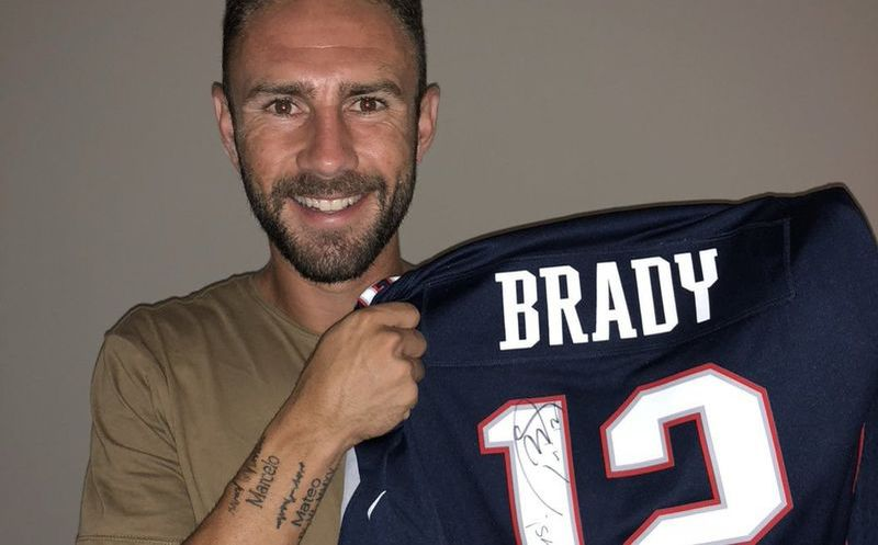 Tom Brady regala jersey firmado a Layún