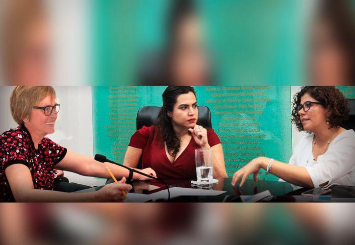 Las diputadas Laura Beristain y Leslie Hendricks, se reunieron con la licenciada Layla Flores Terrazas. (Cortesía)