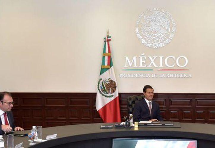 El presidente Enrique Peña Nieto, se reunió hoy en la Residencia Oficial de Los Pinos con el presidente ejecutivo del Consejo de Administración de MasterCard, Ajay Banga. (Notimex)