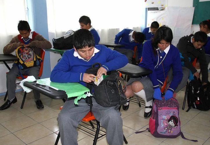 Son pocos los maestros que se acreditaron en los exámenes nacionales. (Archivo Notimex)