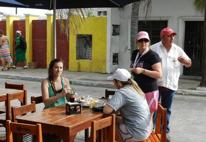Los restaurantes que  abrieron el miércoles se llenaron de cruceristas. (Manuel Pool/SIPSE)