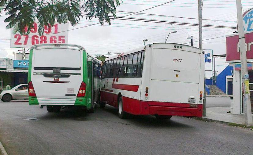 El camión Metropolitano le cerró el paso al otro vehículo lo que provocó un choque entre los autobuses. (William Casanova/SIPSE)