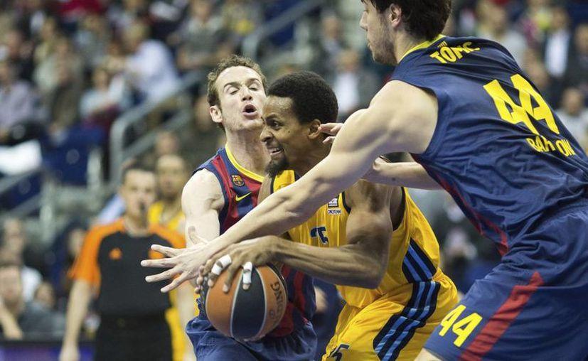 Clifford Hammonds (c), del Alba Berlín, en acción ante Marcelinho Huertas (i) y Ante Tomic (d), del Barcelona, durante el partido del Top 16 de la Euroliga de baloncesto que sus equipos disputaron en Berlín, Alemania. (EFE)