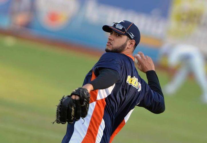 Aún no está definida la situación del pitcher cubano Hassan Pena. Si se activa al lanzador o sirve como moneda de cambio. (Francisco Gálvez/SIPSE)