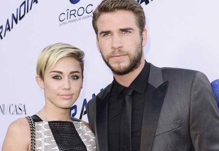 La pareja formada por Miley Cyrus y Liam Hemsworth estarían esperando bebé. (AP)