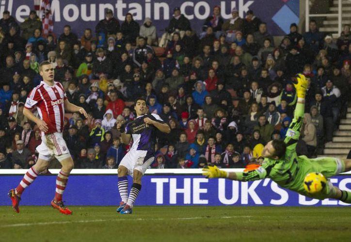 Luis Suárez (c) del Liverpool perforó en dos ocasiones la portería del Stoke City. (Agencias)