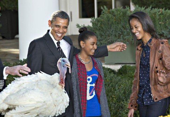 Obama bromeó que su perdón es parte de sus iniciativas de campaña. (Agencias)