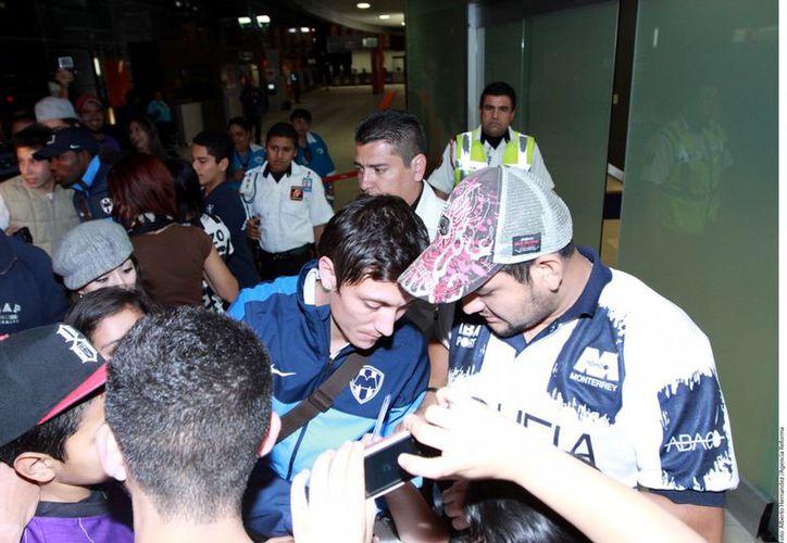 Algunos fans del conjunto regiomontano se acercaron a los jugadores para felicitarlos y pedir un autógrafo. (Foto: Agencia Reforma)