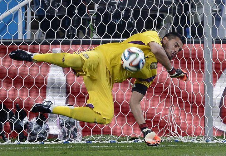 Romero ataja el primer penal de Holanda al defensa Ron Vlaar, que abrió el camino de Argentina a la final del Mundial. (Foto: AP)