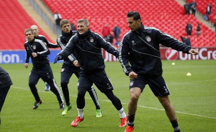 Lahm (i), Muller, Claudio Pizarro y Bastian Schweinsteiger, del Bayern, durante un entrenamiento previo a la final de la 'Champions'. (Agencias)