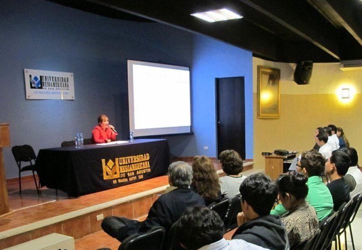 Más de 150 estudiantes de la UMSA participaron en la plática con la fiscal Rivas Gutiérrez. (Cortesía)