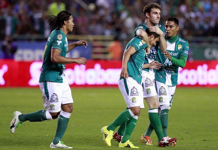 León celebra el gol que le da ventaja ante Toluca. (Notimex)