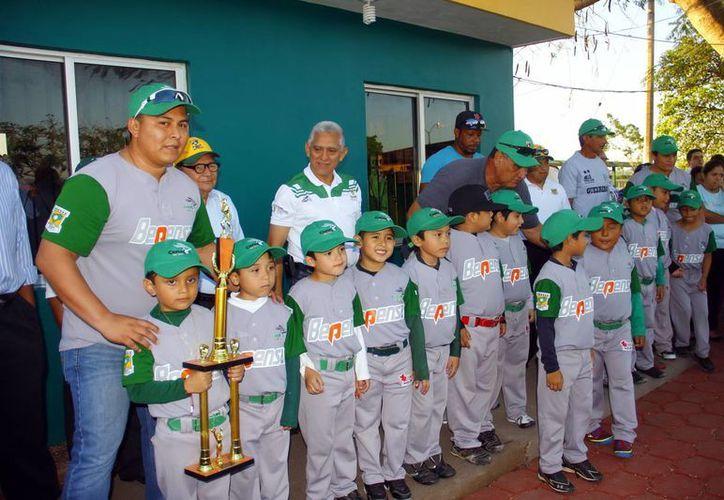 Los mejores equipos y peloteros de la Liga Yucatán fueron galardonados. (SIPSE)